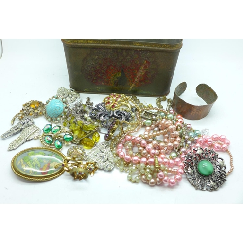 650 - A tin of costume jewellery, 0.70kg...