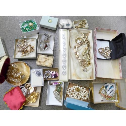 706 - Vintage jewellery, boxed...