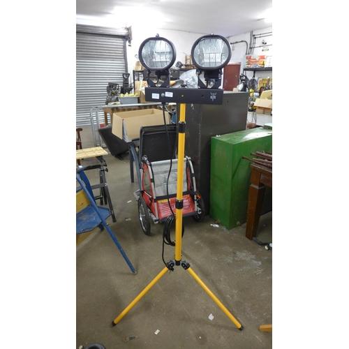 2052 - Elite twin head 240v, 400w tripod worklight - unused - W - c/w 2 spare tubes...