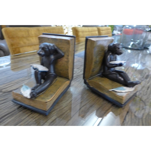 1361c - A pair of 'reading dogs' bookends (DBE43317)   #...