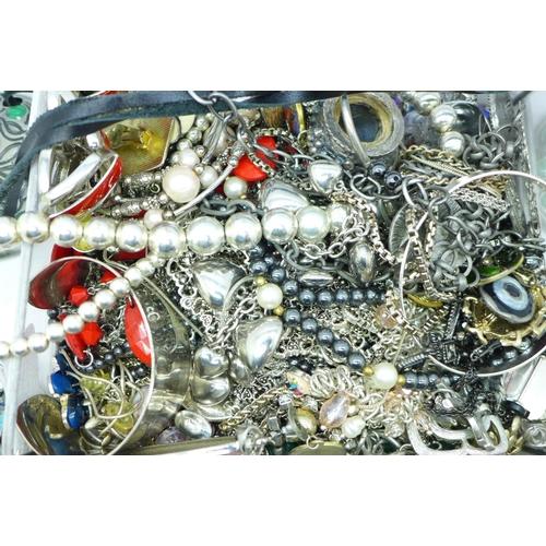 630 - Costume jewellery