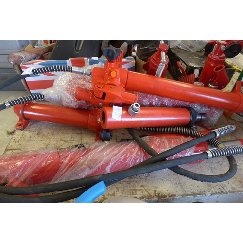 2026 - 2 Bottle jacks, 3 hydraulic rams (10 ton, 5 ton and 1.5ton)...