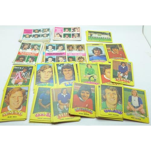 644 - 100 1970's Football cards...