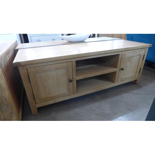 1425 - An oak TV stand (MR2704) (Ref 2)  *This lot is subject to VAT Damage to right hand side rear joint....
