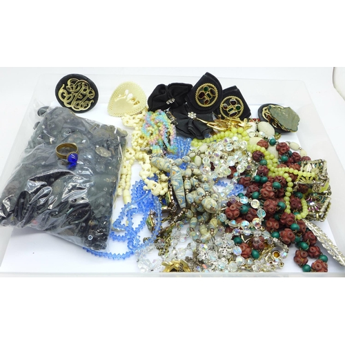 635 - Vintage jewellery and black jet beads, etc., for repairs...