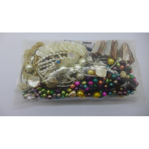 635 - Freshwater pearls and mother of pearl jewellery...