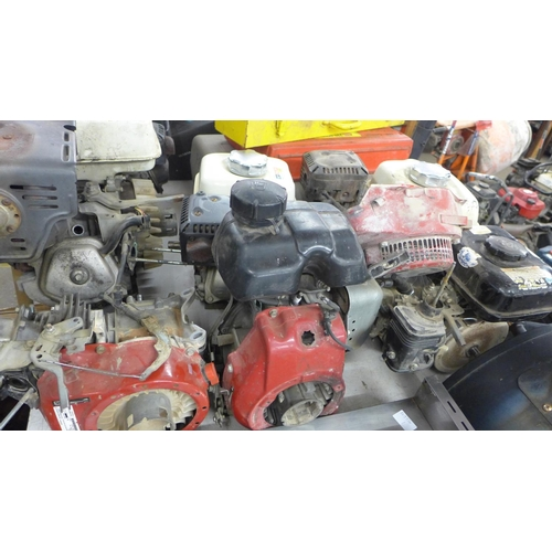 2066 - 7 various engines/part engines inc. Honda - a/f  *This lot is subject to VAT...