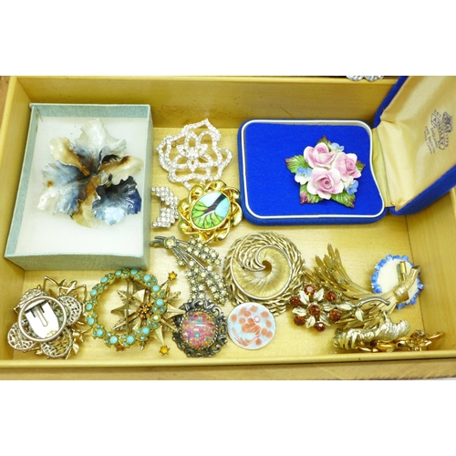 657 - Approximately fifty brooches in a jewellery box...