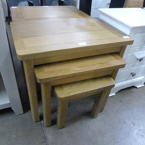 1402 - An oak nest of three tables * this lot is subject to VAT...
