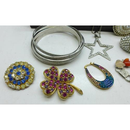 638 - Costume jewellery...