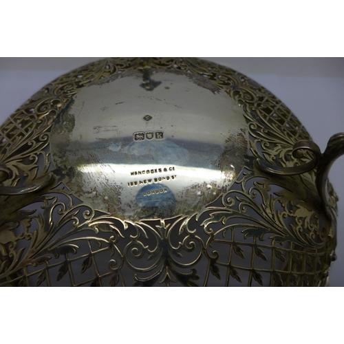801 - A pierced silver fruit bowl on three feet, retailed by Hancocks & Co., 152 New Bond Street, London, ...