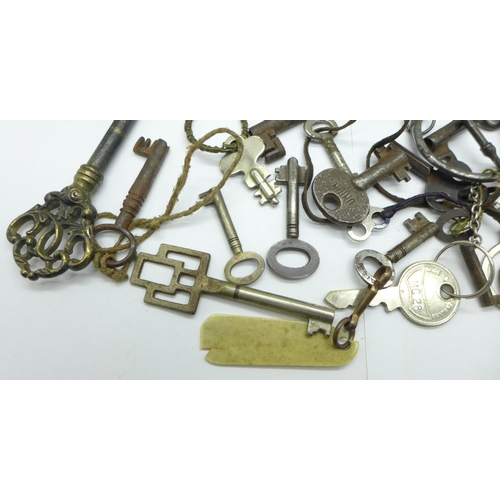 634 - Two lighters and a collection of keys...