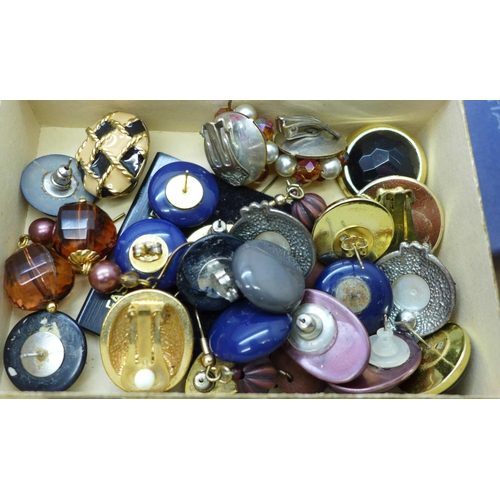 647 - A wooden jewellery box and contents and a tray of costume jewellery, some boxed...