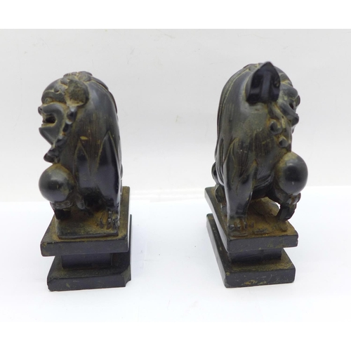 647 - A pair of carved stone dogs of foe on marble plinths, 10.5cm, both a/f...