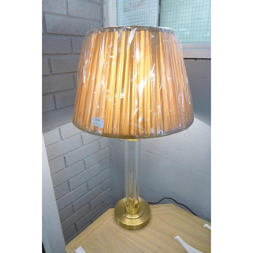 1332 - A tall brass and ribbed glass table lamp with ochre shade (HC1426347)   #
