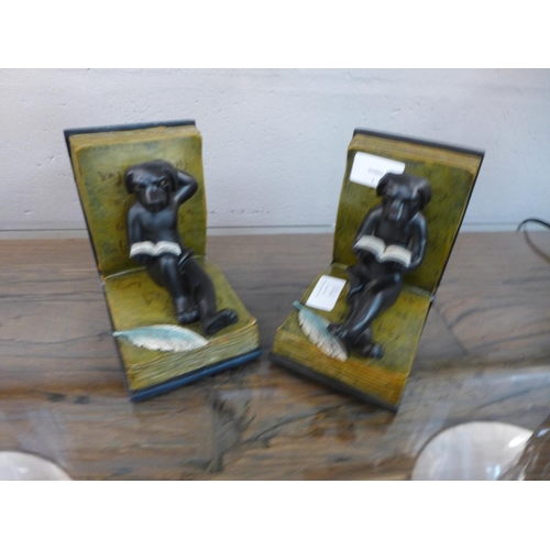 1339 - A pair of reading dog bookends, height 14 cms (DBE43318)   #