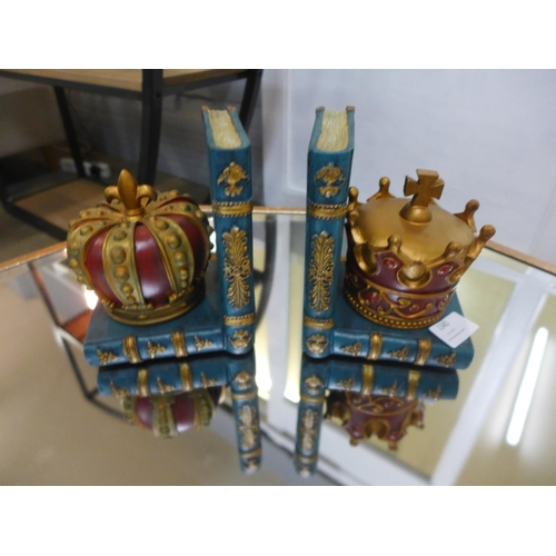 1341 - A pair of crown bookends, H15cms (CRB56820)   #