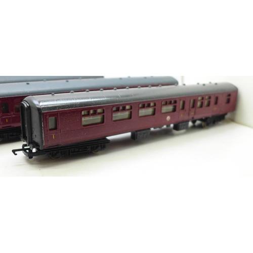 622 - Four Hornby OO gauge model railway carriages