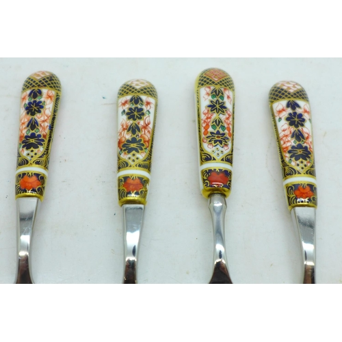 639 - Four Royal Crown Derby Imari teaspoons and a butter knife, one handle on teaspoon a/f