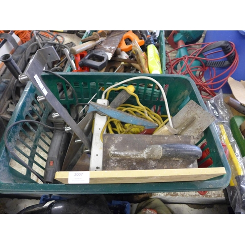 2007 - A basket of various electric items incl. Stanley circular saw, Makita planer, drill and a lathe arm