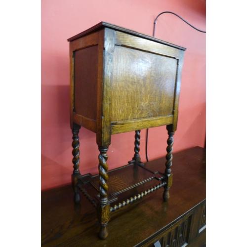 16 - An early 20th Century oak barleytwist lady's sewing box