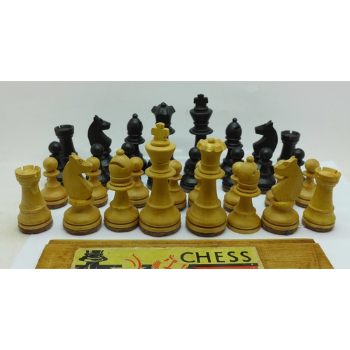 643 - A wooden set of chess pieces, King 9cm