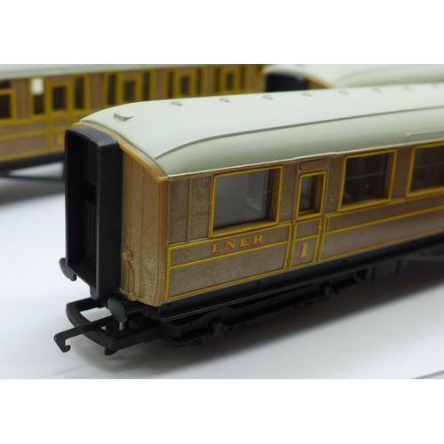 655 - Four OO gauge Hornby coaches