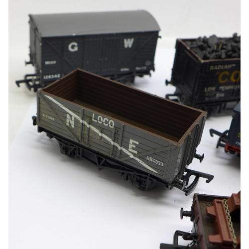 657 - A set of ten Mainline OO gauge railway wagons