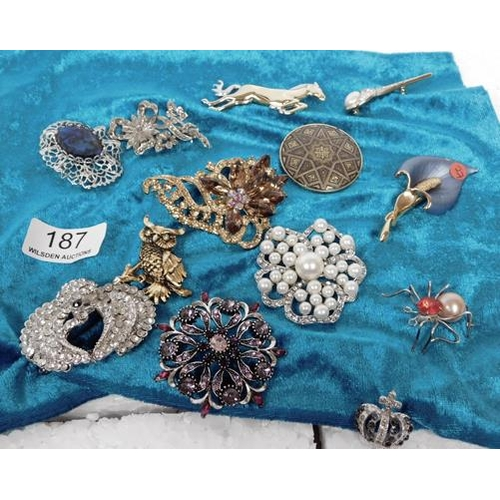 187 - 13 vintage brooches
