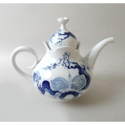 533 - A Meissen porcelain part tea set, decorated in the Blue Orchid pattern, comprising a tea pot, one te...