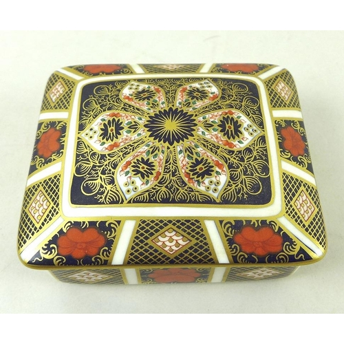 542 - A group of Royal Crown Derby bone china items in Old Imari pattern, comprising a rectangular dish, 1...