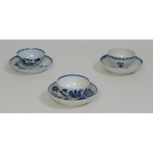 33 - A group of 18th century porcelain, comprising a Caughley tea bowl and saucer, circa 1790, decorated ...