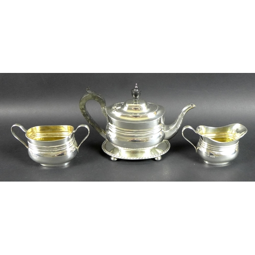 48 - A George V silver tea set, comprising teapot, milk jug and sucrier, all with matching lobed horizont...