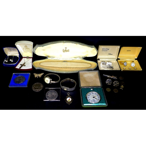 131 - A group of costume jewellery and coins, comprising 2002 £5 coin, 2000 £5 coin, commemorative crown, ...