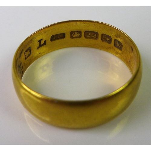 206 - A 22ct gold ring, size J, 4g....