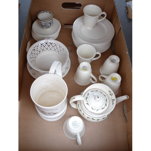 152 - A selection of creamware including a Wedgwood part tea set, comprising 6 cups, 6 saucers and 10 plat...