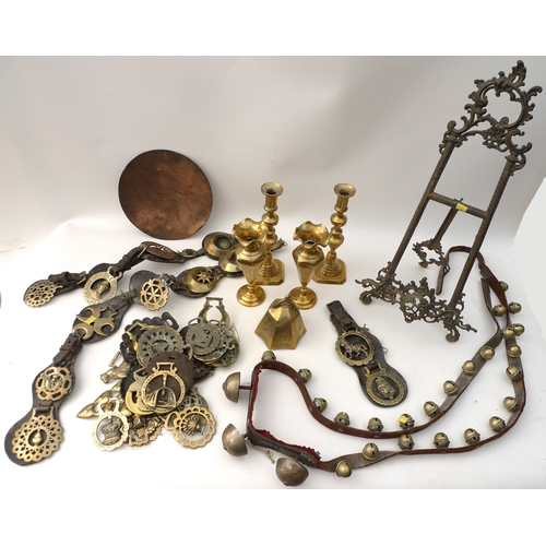 138 - A group of brass items, comprising a easel picture display frame, set of sleigh bells on leather str...