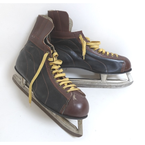 63 - A pair of vintage Bauer ice hockey skates, in original cardboard box, size 10, 'Mens Blk & Tan 23'....