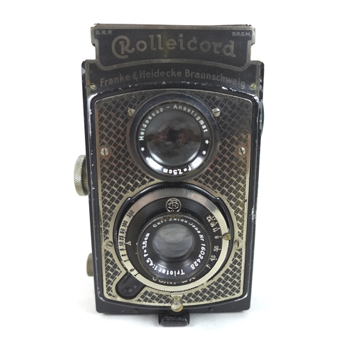 118 - A collection of vintage cameras and photographic items, including a twin lens reflex Franke & Heidec...