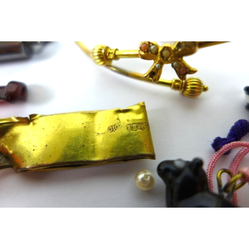180 - A group of jewellery and objects of vertu, comprising a cherry amber and gold mounted cigarette hold...