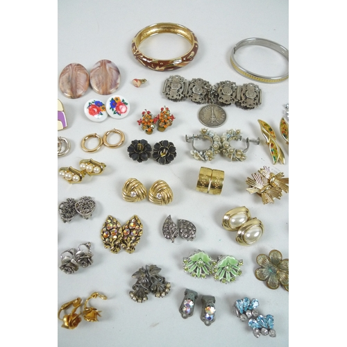 169 - A quantity of costume jewellery, including a large collection of clip on earrings of varying sizes a...