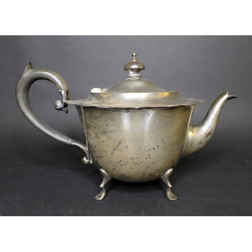 42A - An Edwardian silver three piece tea set, comprising a squat form teapot with ebonised finial and han...
