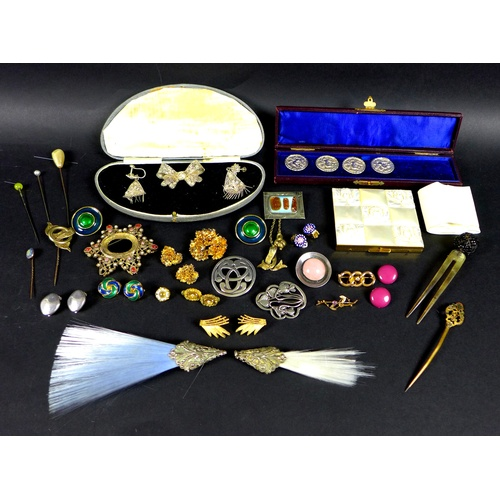 162 - A collection of gold, silver, vintage and costume jewellery, including a yellow metal and diamond br...