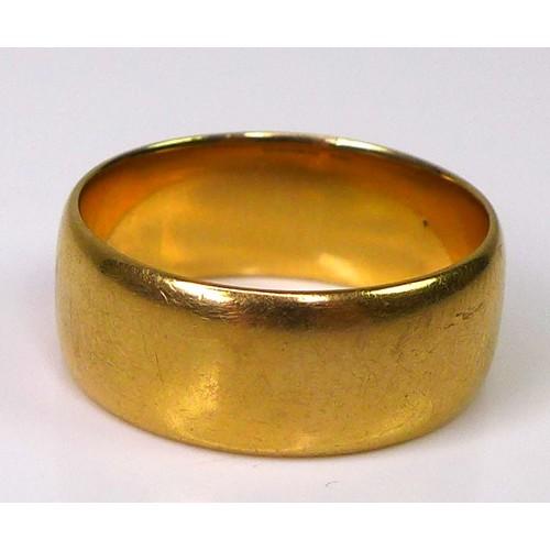 166 - An 18ct gold band, size P/Q, 8.5g....