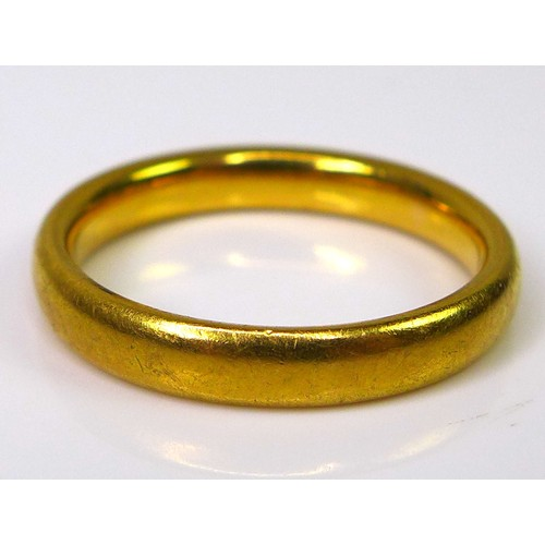 139 - A 22ct gold ring, size M, 5.2g....
