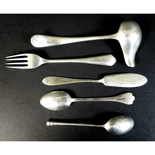 13 - A small group of Edwardian and later silver items, comprising a cased set of silver teaspoons, Coope...