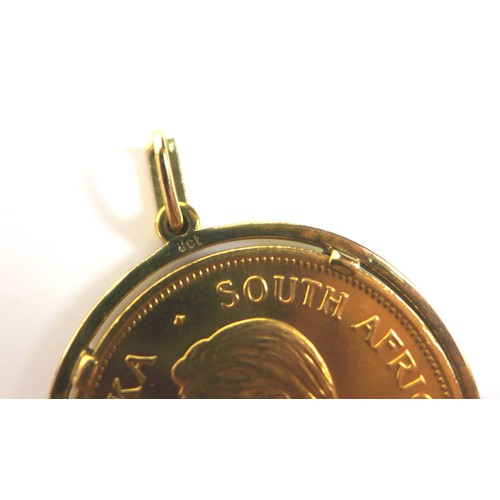 194 - A 22ct gold South African Krugerrand, 1978, Fyngoud 1 oz fine gold, set within a 9ct gold mount with...