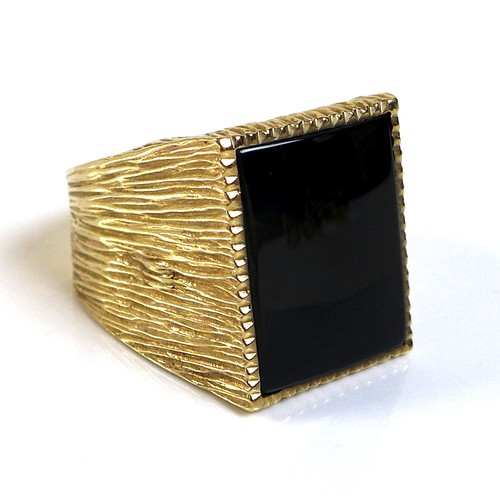 334 - A 9ct gold gentlemen's ring, set with a rectangular cut and polished black stone, possibly jet, 19.5...
