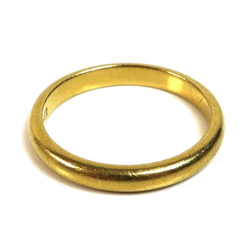 342 - A 22ct gold ring, size O, 4.3g.