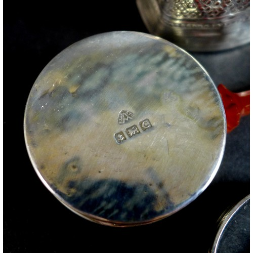 42 - A group of silver items comprising a Dutch silver marriage box, with Continental marks, 0.43toz, 3.9...